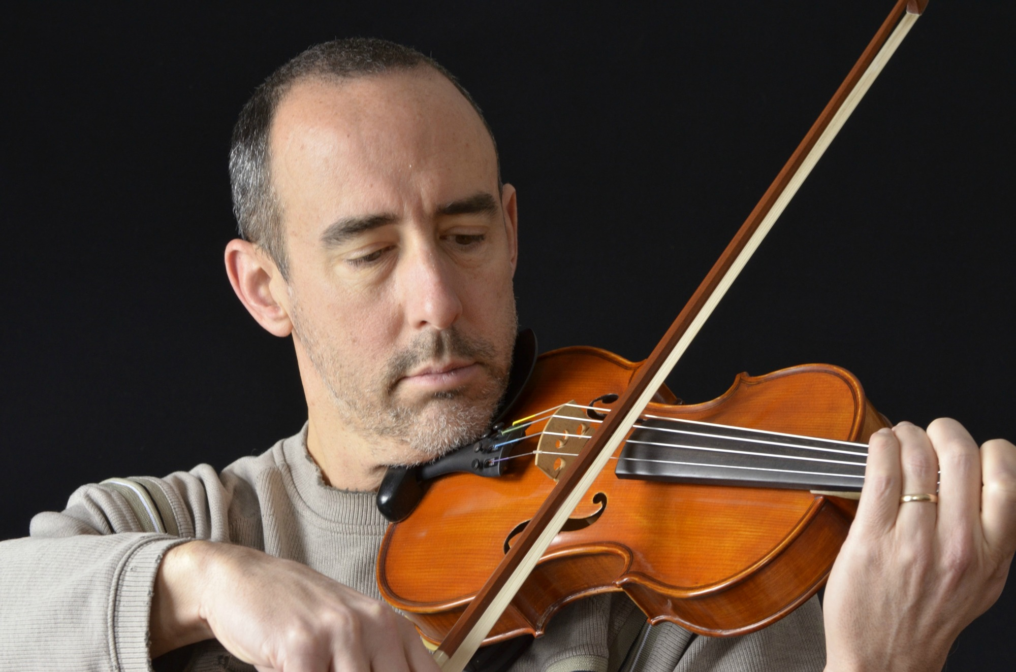 Older man playing violin Dollarphotoclub 425kb _50954258